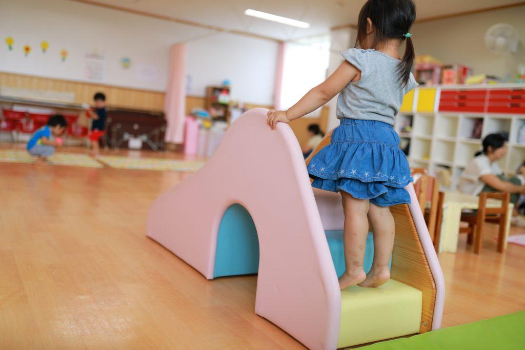 滑り台に登る女の子