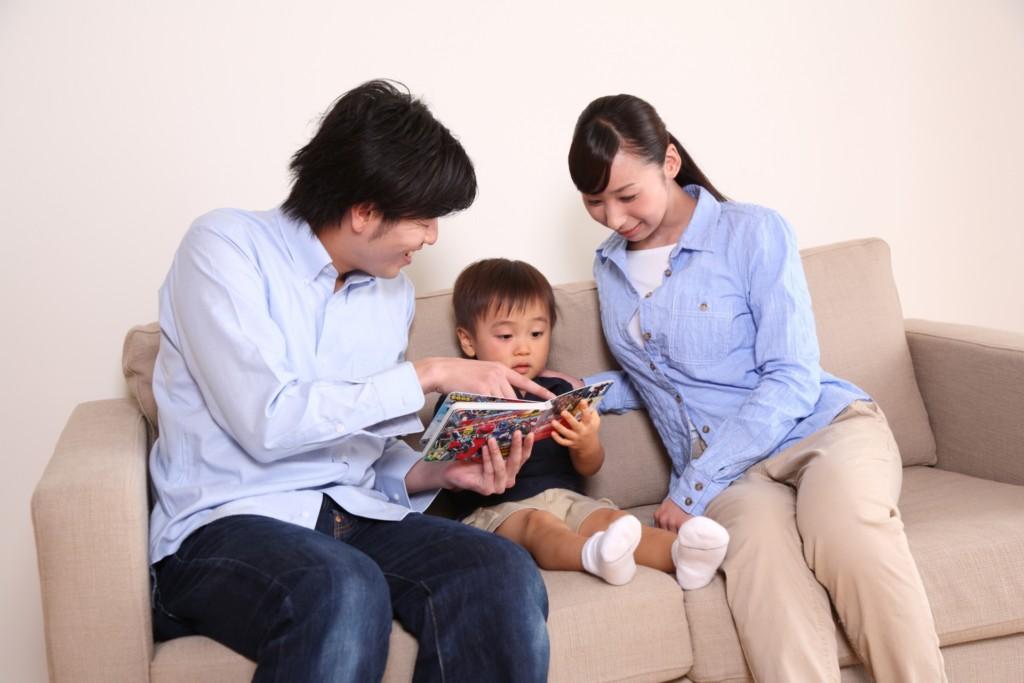子供に本を読んであげる夫婦