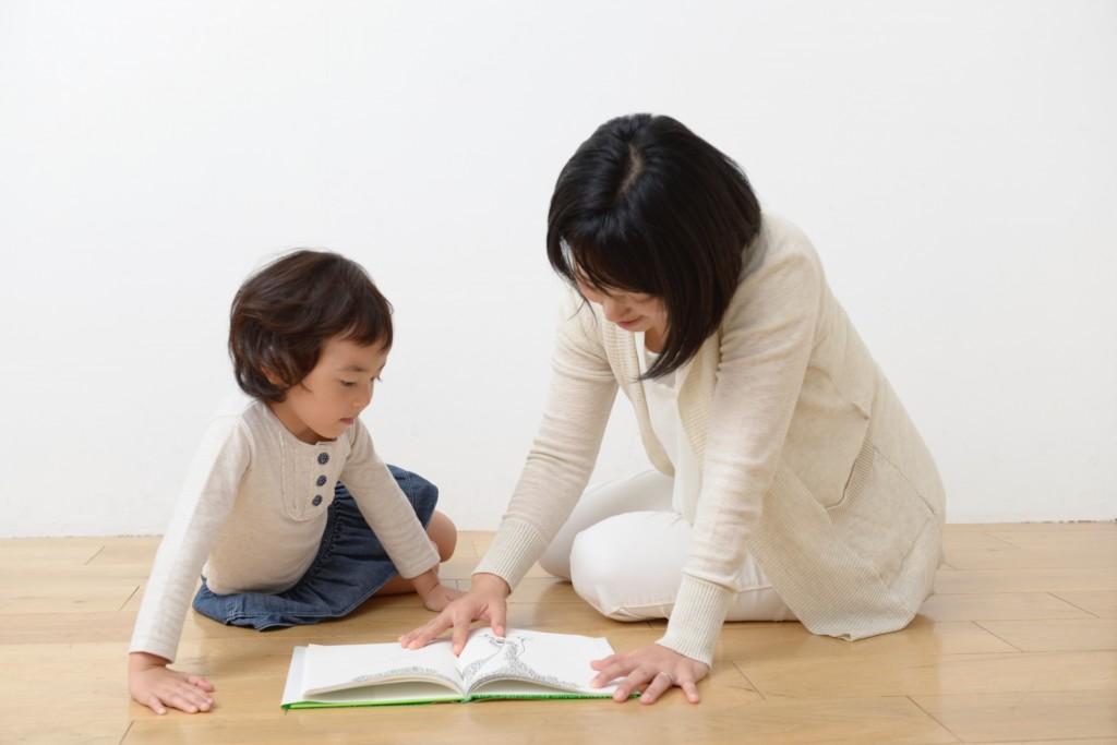 子供に本を読んであげるママ