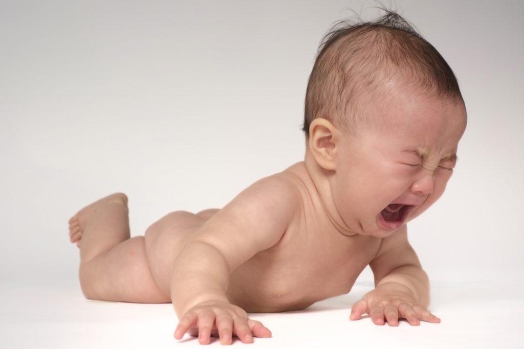 裸で泣く赤ちゃん