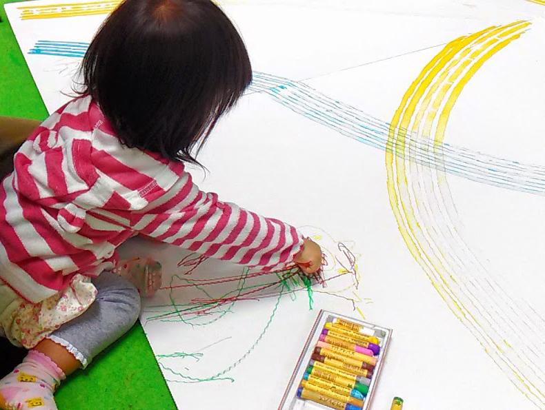 絵を描く赤ちゃん