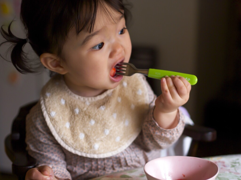 赤ちゃんはなぜ遊び食べをするの?