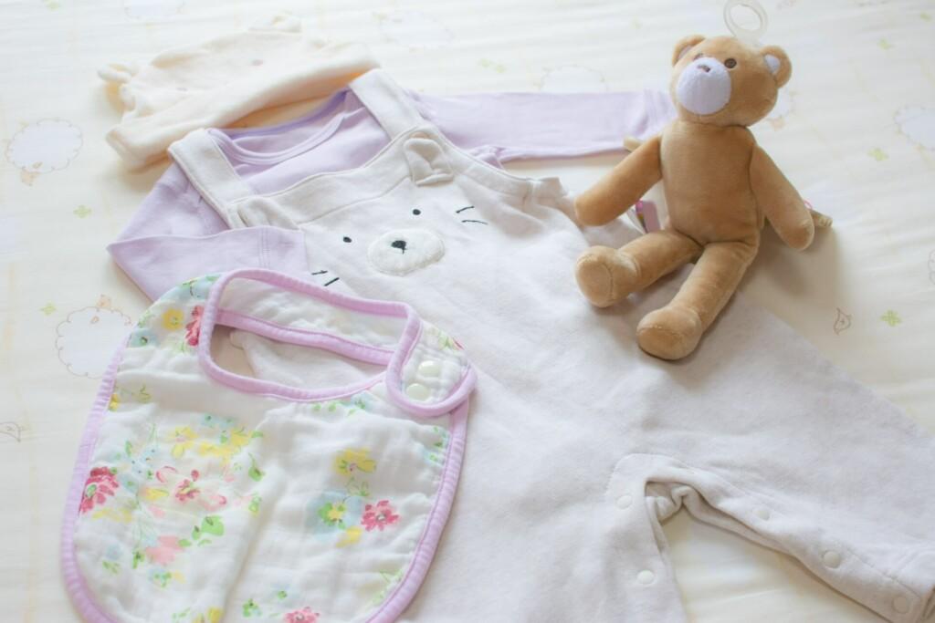 赤ちゃんの洋服は、男女問わずかわいらしいものばかり