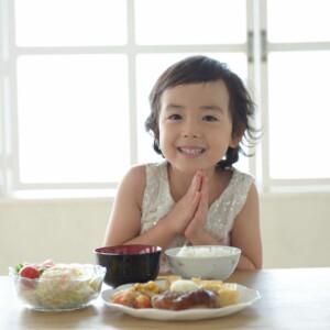 食事のあいさつはいつ、どうやって教える?